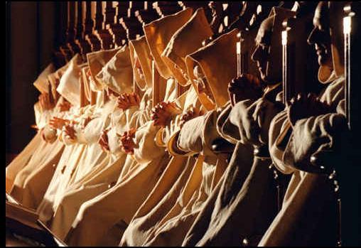 Monaci negli stalli del coro per il Mattutino