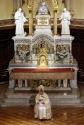 Papa Benedetto XVI sull'altare della certosa di Serra San Bruno