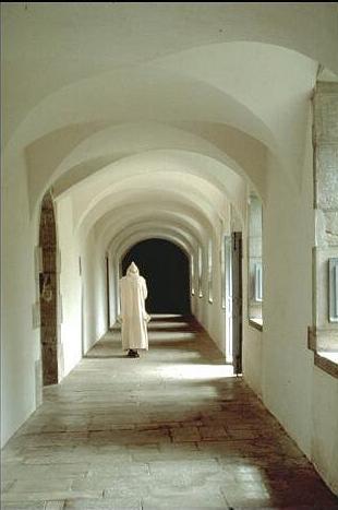 Un monaco percorre il corridoio