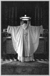 monaco celebra sull'altare