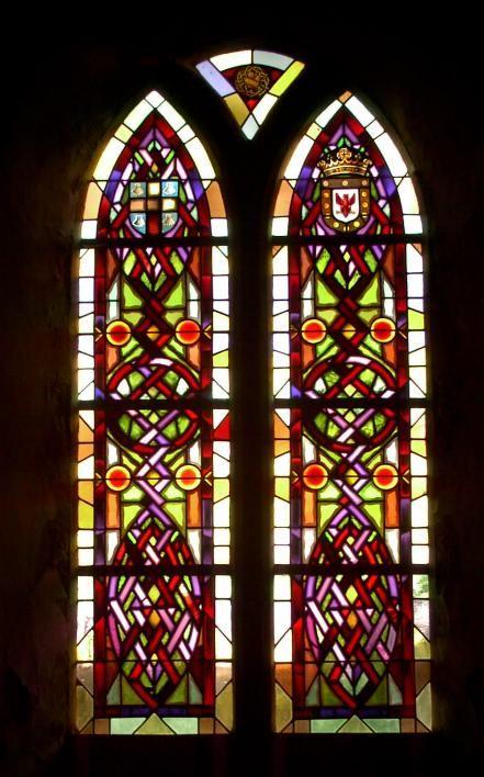 Vetrata nella  chiesa di Savigny con l'emblema di Dom Vesly