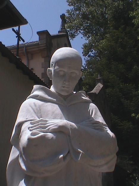 1statua di san Bruno fuori la certosa di Serra