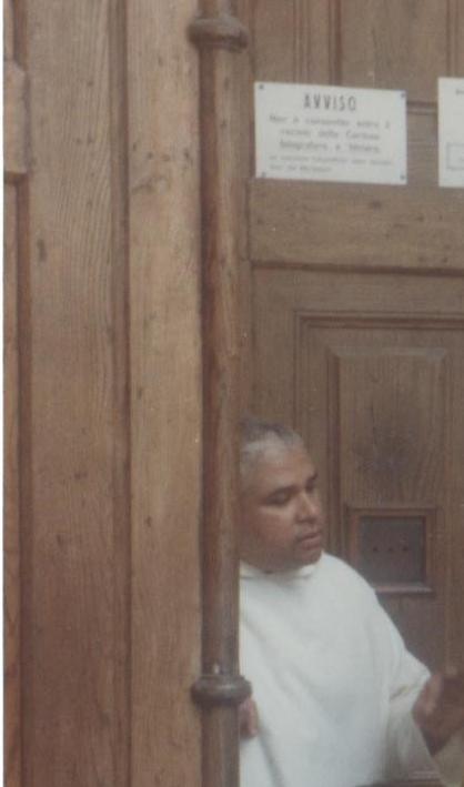 Fra Paolo Fonseca nel 1992 sul portone della certosa