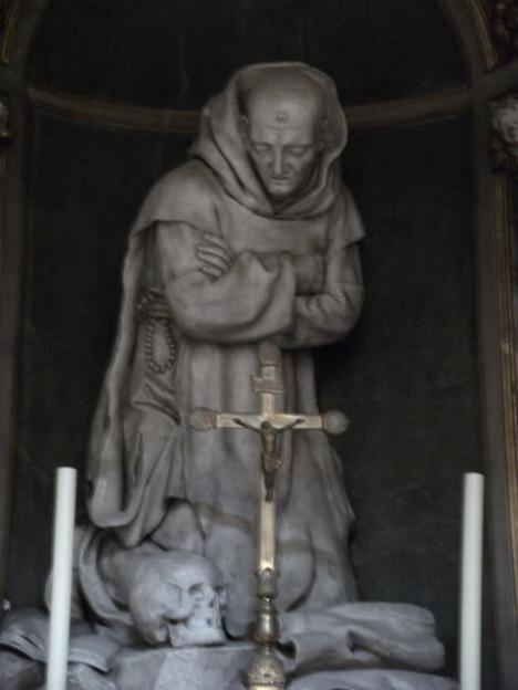 la statua di san Bruno in preghiera