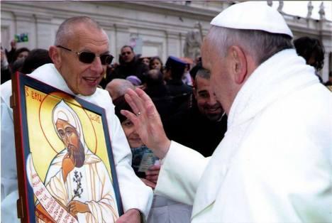 Papa francesco benedice l'icona sotto lo sguardo di Dom Jacques Dupont