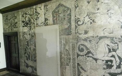 parete affrescata con figure fitomorfe