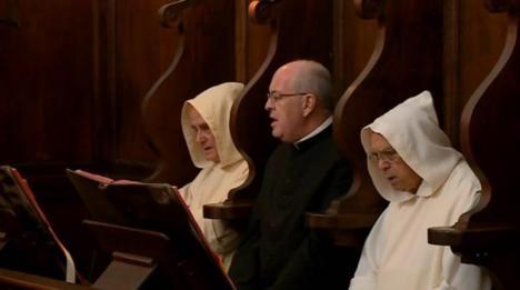 Il vescovo tra i certosini nel coro