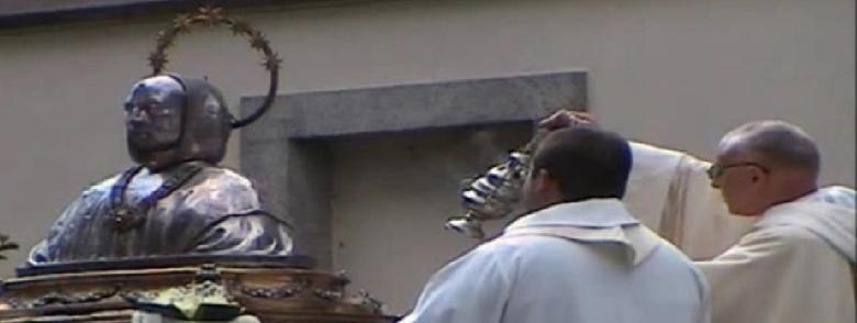 Dom Jacques Dupont incensa il sacro busto di san Bruno