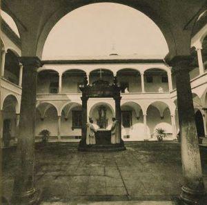 Monaci nel chiostro dei procuratori alla certosa di Farneta