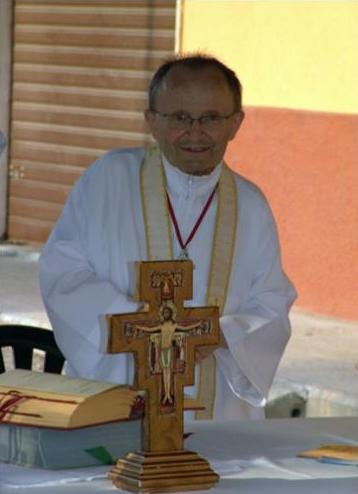 Padre Christian sull'altare