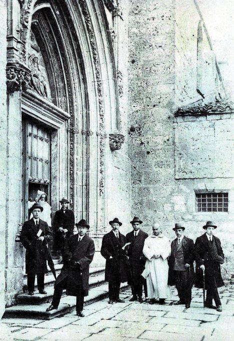 Il giovane Lorca alla destra del monaco con il cappuccio