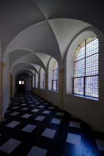 corridoio con vetrate