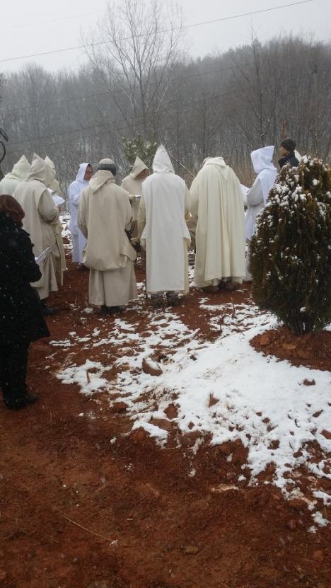 comunità riunita al cimitero