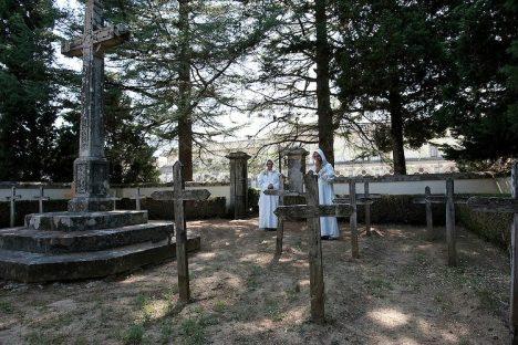 meditando-nel-cimitero