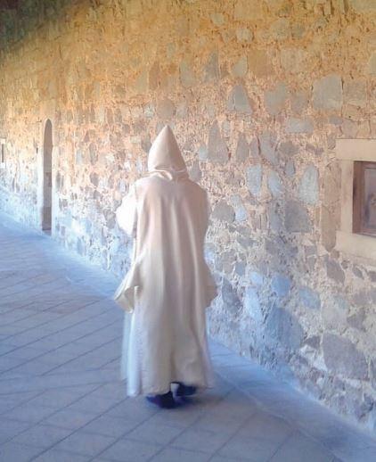 Il Priore nel corridoio