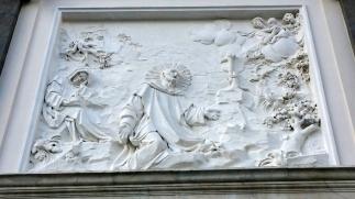 Chiesa-delle-donne-esterno-bassorilievo-con-San-Bruno-in-adorazione-