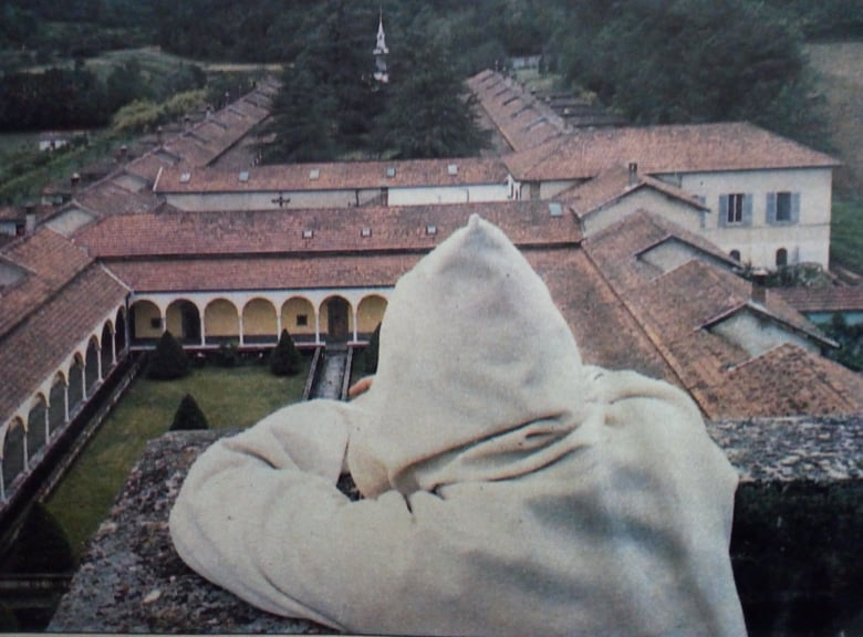 1 monaco sul chiostro