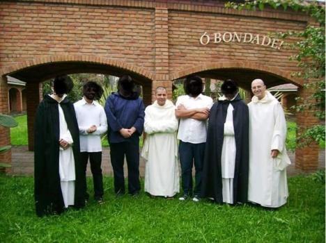 Padre priore Dom Luis ed un confratello con il nostro amico e novizi