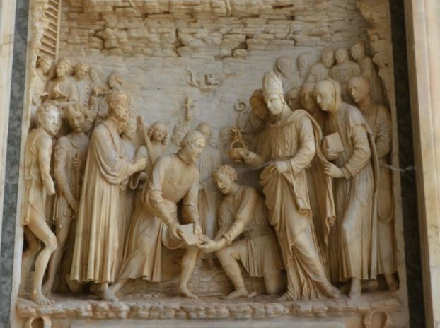 Bassorilievo portale certosa di Pavia a destra monaci certosini tra i quali Dom Bartolomeo Serafini