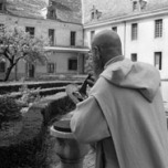 04/1988 - SIMANDRE-SUR-SURAN - AIN - FRANCE - Chartreuse de SŽlignac. Pre Chartreux prs du cadran solaire.- Photo by Bruno ROTIVAL/KR Images Presse
