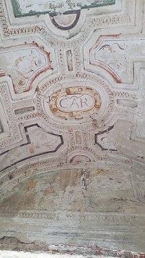 320px-Castello_di_Carpiano,_volta_a_botte_affrescata,_con_la_scritta_CAR