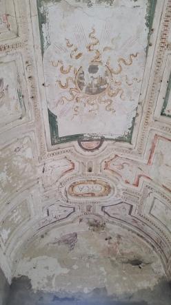 Castello_di_Carpiano,_volta_a_botte_affrescata,_con_la_scritta_GRA