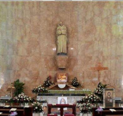 altare maggiore con statua